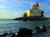 Al-Jazeera -岩石的海岛清真寺在红海里面在吉达,沙特阿拉伯 免版税库存照片