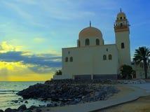 Al-Jazeera -岩石的海岛清真寺在红海里面在吉达,沙特阿拉伯 免版税图库摄影