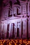 Al Khazneh i den forntida staden av Petra i Jordanien på nattligh royaltyfria bilder