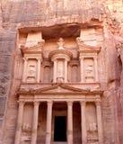 Al Khazneh o el Hacienda en Petra, Jordania-- es un símbolo de la atracción turística más-visitada de Jordania, así como de Jorda foto de archivo