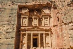 Al Khazneh o il Ministero del Tesoro in città nabatean di PETRA Giordano Immagine Stock