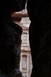 财宝(Al Khazneh)从Siq 免版税库存照片