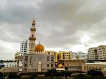 Al Khuwair Zawawi清真寺在马斯喀特主路前面的权利视图 免版税库存照片