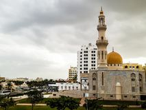 Al Khuwair Zawawi Mosque höger sikt framme av den Muscat huvudvägen Arkivfoton