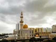 Al Khuwair Zawawi Mosque-Rechtansicht vor Muscat-Hauptstraße Stockbild
