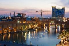 Al Kout购物中心在黄昏的科威特 库存照片