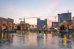Al Kout购物中心在黄昏的科威特 免版税库存图片