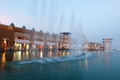 Al Kout centrum handlowe w Kuwejt przy półmrokiem Zdjęcia Royalty Free