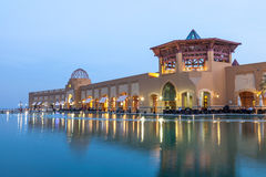 Al Kout Mall em Kuwait no crepúsculo imagem de stock
