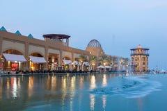 Al Kout Mall i Kuwait på skymning Arkivbilder