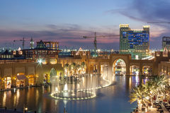 Al Kout Mall no crepúsculo Fahaheel, Kuwait imagens de stock