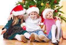 Al lado del árbol de navidad Imagen de archivo
