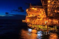 Al largo il petrolio ed il gas di industria di notte fotografia stock