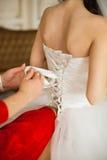 Al legame della sposa un vestito Fotografia Stock