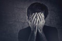 Żal, mężczyzna nakrywkowy fsce i płacz, zdjęcie stock