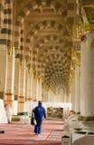 AL MADINAH,沙特ARABIA-FEB。17 :一名未认出的工作者清洗 免版税库存照片