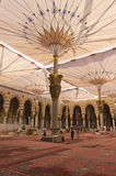 AL MADINAH,沙特ARABIA-FEB。17 :一名未认出的工作者清洗 免版税库存图片