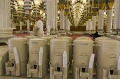 AL MADINAH, REINO DEL SAUDÍ ARABIA 17 DE FEBRERO: Filas de tambores del za Imágenes de archivo libres de regalías