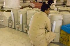 AL MADINAH, SAUDÍ ARABIA 17 DE FEBRERO: Un hombre no identificado bebe el zam Fotos de archivo