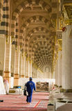 AL MADINAH, SAUDÍ ARABIA 17 DE FEBRERO: Un trabajador no identificado limpia Fotos de archivo libres de regalías