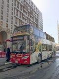 AL MADINAH, SAUDI ARABIEN 18. JANUAR 2018: Ein Hopfen auf Hopfen weg vom Bus Lizenzfreies Stockfoto