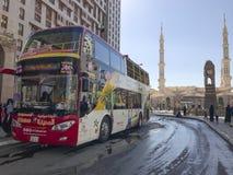 AL MADINAH SAUDIER ARABIA-JANUARY 18, 2018: En flygtur på flygtur av bussen Arkivbild