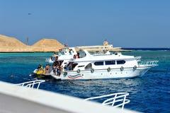 AL-MAHMYA海岛,埃及- 2013年10月17日:有游人的小船航行了到AlMahmya海岛在游览中的 库存照片