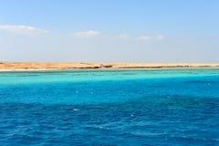 AL-MAHMYA EILAND, EGYPTE - OKTOBER 17, 2013: Al-Mahmya is een Nationaal Park met paradijsstrand en grote toeristische attractie v Royalty-vrije Stock Afbeeldingen