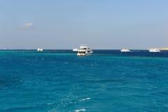 AL-MAHMYA wyspa EGIPT, PAŹDZIERNIK, - 17, 2013: Żaglówki zbliżają wyspy al z turystami Obraz Stock