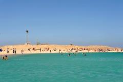 AL-MAHMYA wyspa EGIPT, PAŹDZIERNIK, - 17, 2013: Niezidentyfikowani ludzie pływa i sunbathing na wyspie Obraz Royalty Free