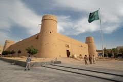 Al Masmak Fortress in Riad mit saudischer Flagge, Saudi-Arabien lizenzfreie stockbilder