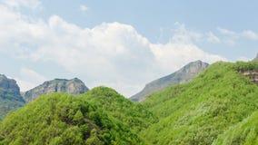 Al mediodía las montañas y las nubes almacen de metraje de vídeo