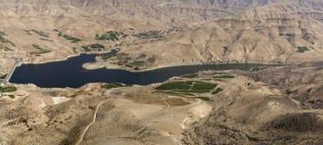 Al Mujib fördämning, Wadi Mujib, södra Jordanien Royaltyfri Fotografi