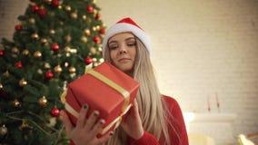 Al Natale, una bella ragazza ha trovato un regalo sotto l'albero Concetto: magia, Natale, regalo, feste video d archivio