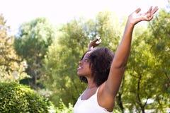 Al natuurlijke Afrikaanse Amerikaanse vrouw buiten in aard royalty-vrije stock foto
