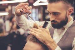 Al negozio di barbiere fotografia stock