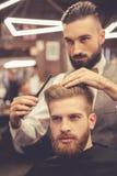 Al negozio di barbiere fotografie stock