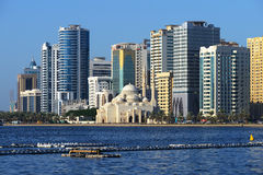 Al Noor meczet, Al Buhaira corniche i skyscrspers w Sharjah, Fotografia Royalty Free
