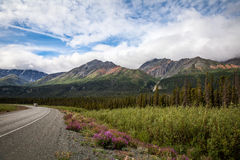 Al norte del título de Haines Junction hacia el territorio del Yukón del lago Kluane Canadá Foto de archivo libre de regalías