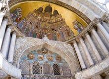 Al norte portal en la fachada del oeste de la basílica del ` s de St Mark imagenes de archivo
