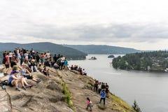 AL NORTE VANCOUVER, CANADÁ - 21 de mayo de 2018: gente encima del puesto de observación de la roca de la mina en día de primavera fotos de archivo