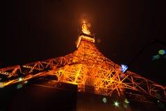 Al piede oj maestoso ed al respiro che prende la torre di Tokyo, il Giappone Immagine Stock