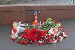 Al posto della morte di Boris Nemtsov Muscovites ponga i fiori Immagini Stock