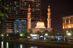 Al Qasba Mosque på natten i Sharjah, Förenade Arabemiraten Fotografering för Bildbyråer