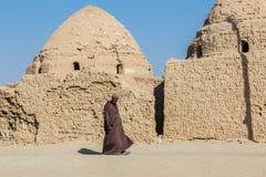 Al Qasr, oásis de Dakhla, Egito Homem local no vestido masculino nacional imagem de stock