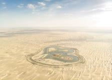Al Qudra人在一片沙漠做了Love湖在迪拜 免版税库存照片