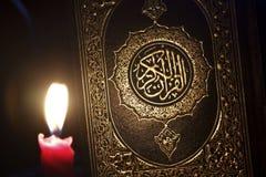 Al-Quran avec la lumière de bougie image stock