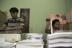 Al Quran Braille Maker en Indonesia foto de archivo libre de regalías