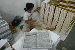 Al Quran Production In Indonesia Lizenzfreie Stockfotografie