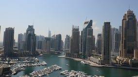 Al rallentatore dal porticciolo del Dubai con le torri moderne archivi video